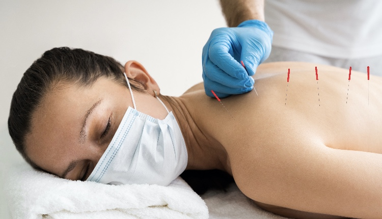 Acupuncture Skin Treatment For Women In Face Mask